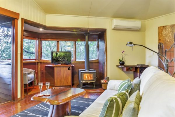 Two Frogs - Secrets on the Lake Maleny Accommodation