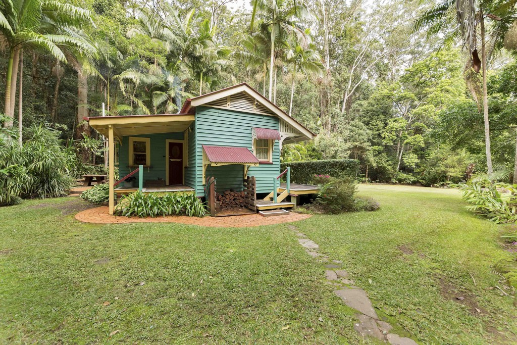 Secrets on the Lake Maleny Accommodation