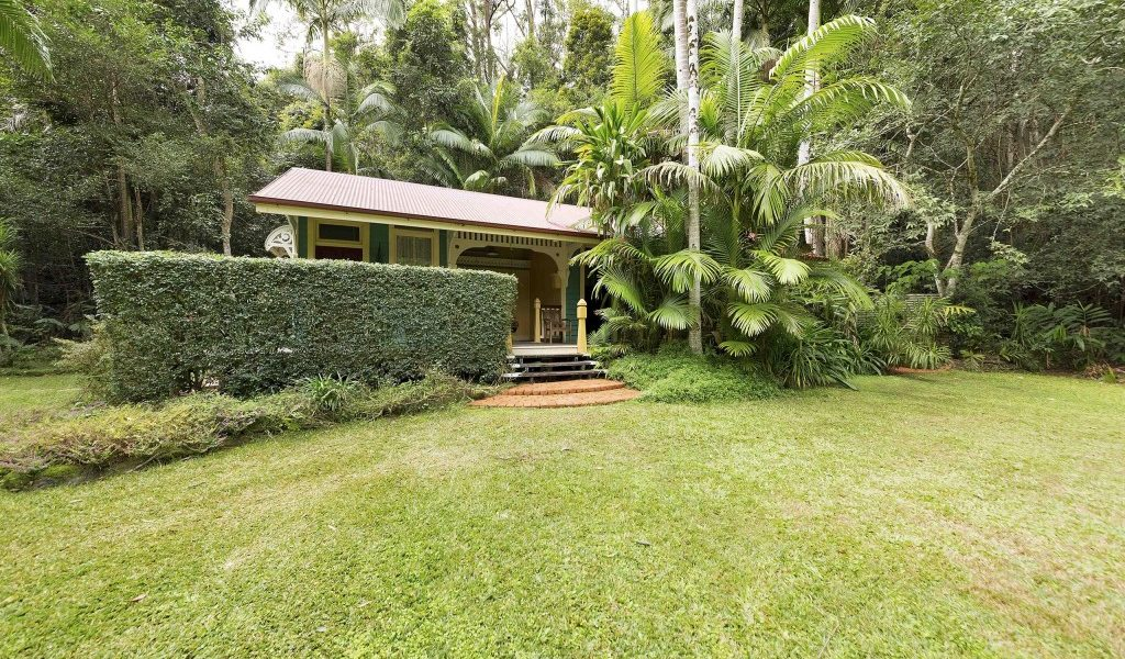 Whistle Stop Cabin - Secrets on the Lake Maleny Accommodation